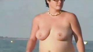 Naken fat lady på stranden